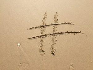 האשטאג על חוף חול בים