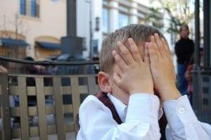 ילד תפס את הראש בעצבים