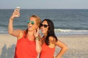 בנות עושות סלפי על חוף הים