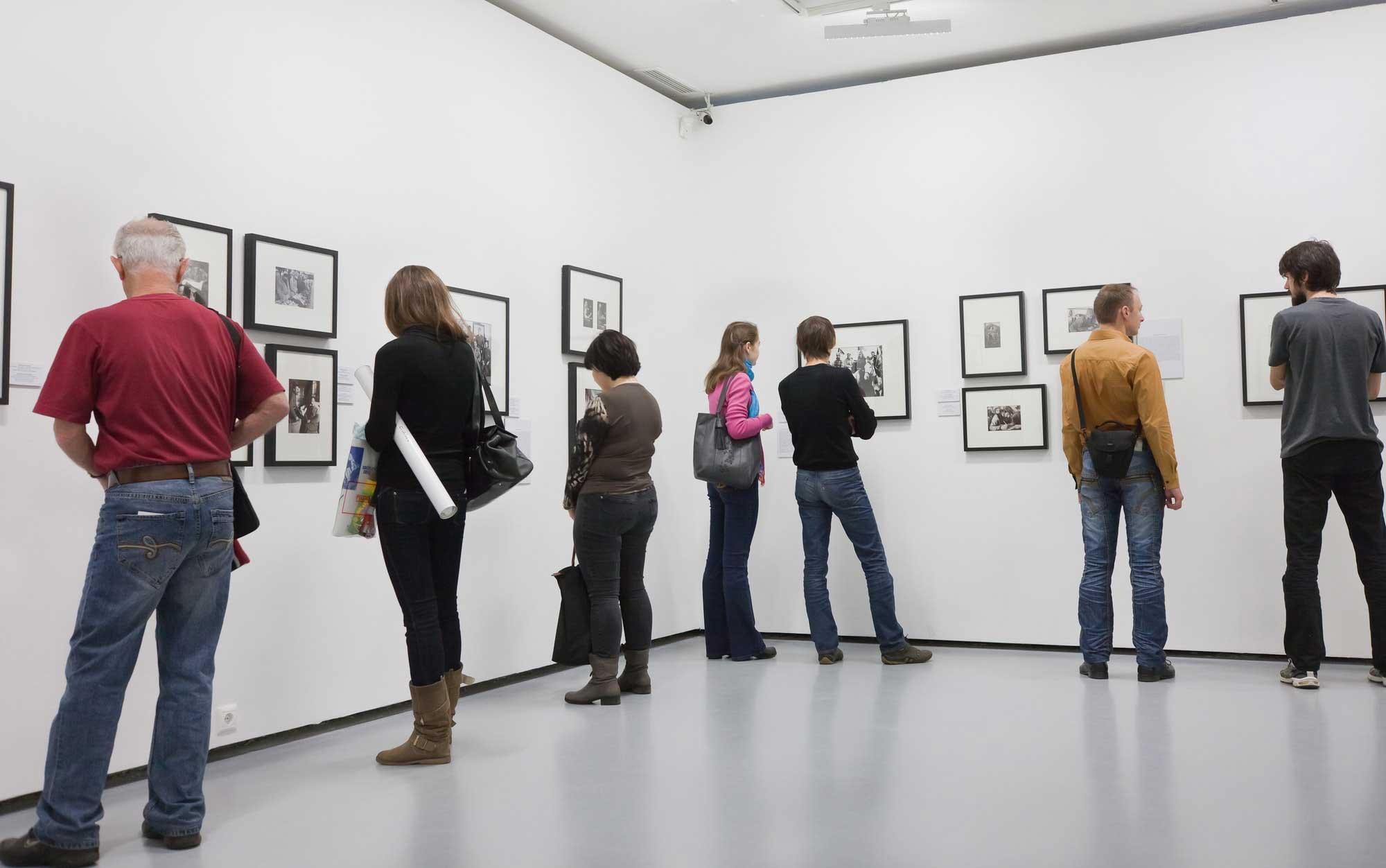 אנשים מסתכלים על תמונות במוזיאון