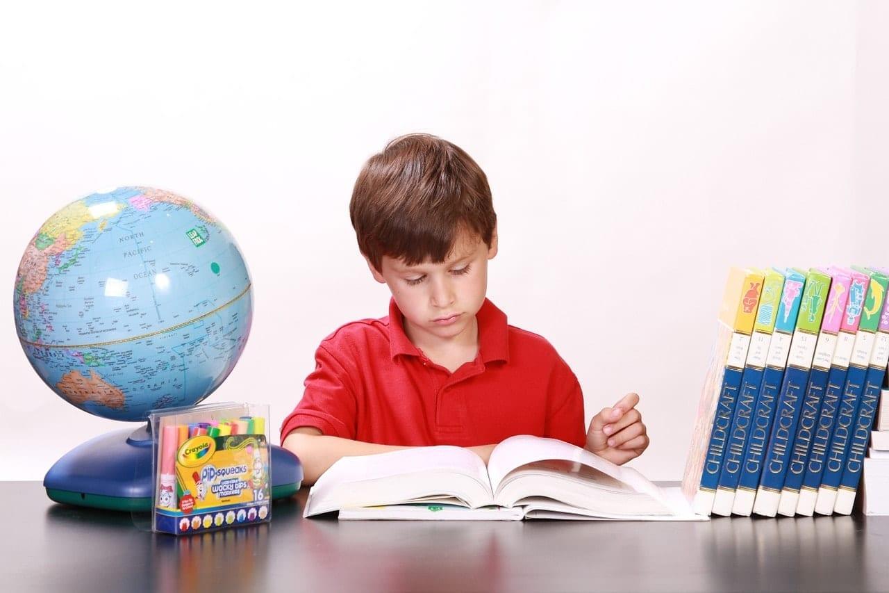 ילד יושב בבית ולומד
