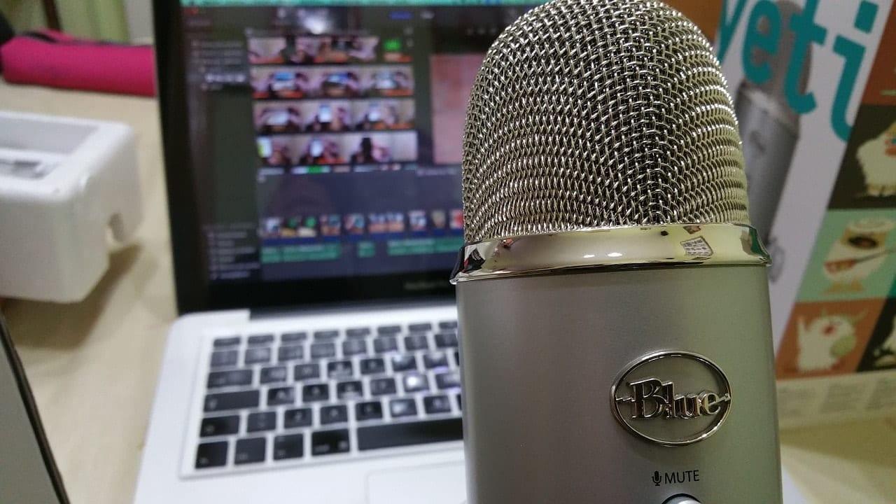 מיקרופון ומחשב נייד להקלטת פודקאסט